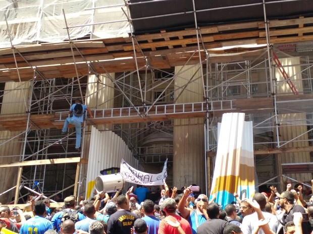 Manifestantes subiram em andaimes na Alerj (Foto: G1)
