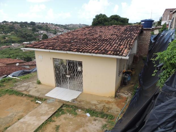 Maria Janeide afirma que é preciso construir um muro de arrimo para proteger o imóvel e a vizinhança de possíveis acidentes (Foto: Penélope Araújo/G1)