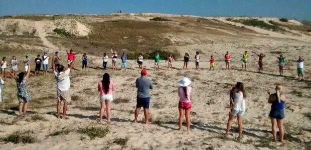 """Moradores realizaram """"abraço coletivo"""" pedindo proteção das dunas (Foto: Camila Lima/TV Verdes Mares)"""