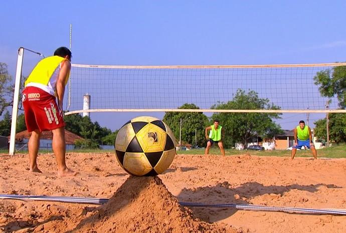 """Futmesa serve para aquecer os jogadores que estão no """"banco"""" (Foto: Reprodução / TV TEM)"""