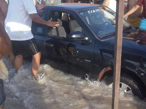 Carros também ficaram presos pela água na Praia do Meio (Foto: Divulgação/Nayara Oliveira )