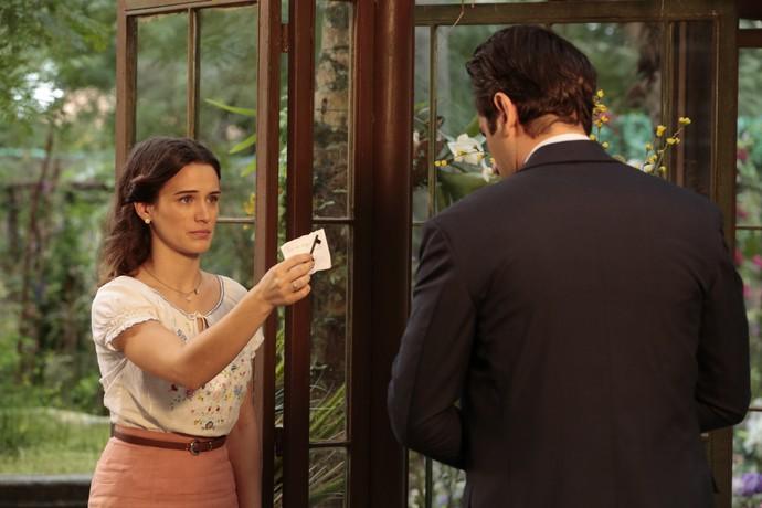 Maria entrega a Araújo chave e endereço do ateliê de Ernesto (Foto: Felipe Monteiro/Gshow)