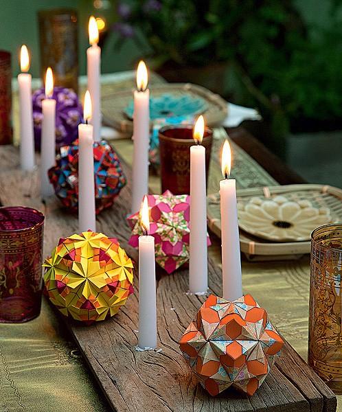 Decorada com velas, a mesa ganha um ar romântico e convidativo. O toque especial fica por conta das dobraduras, que dão mais cor ao ambiente. Não esqueça de fixar bem as velas para evitar acidentes.  (Foto: Cacá Bratke/Editora Globo)
