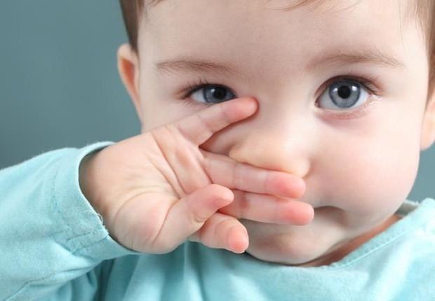 Criança com olhos azuis (Foto: Pexels)