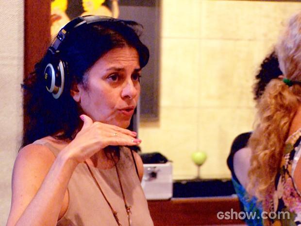 Professora Agnes Moço orienta os atores (Foto: Meu Pedacinho de Chão/TV Globo)