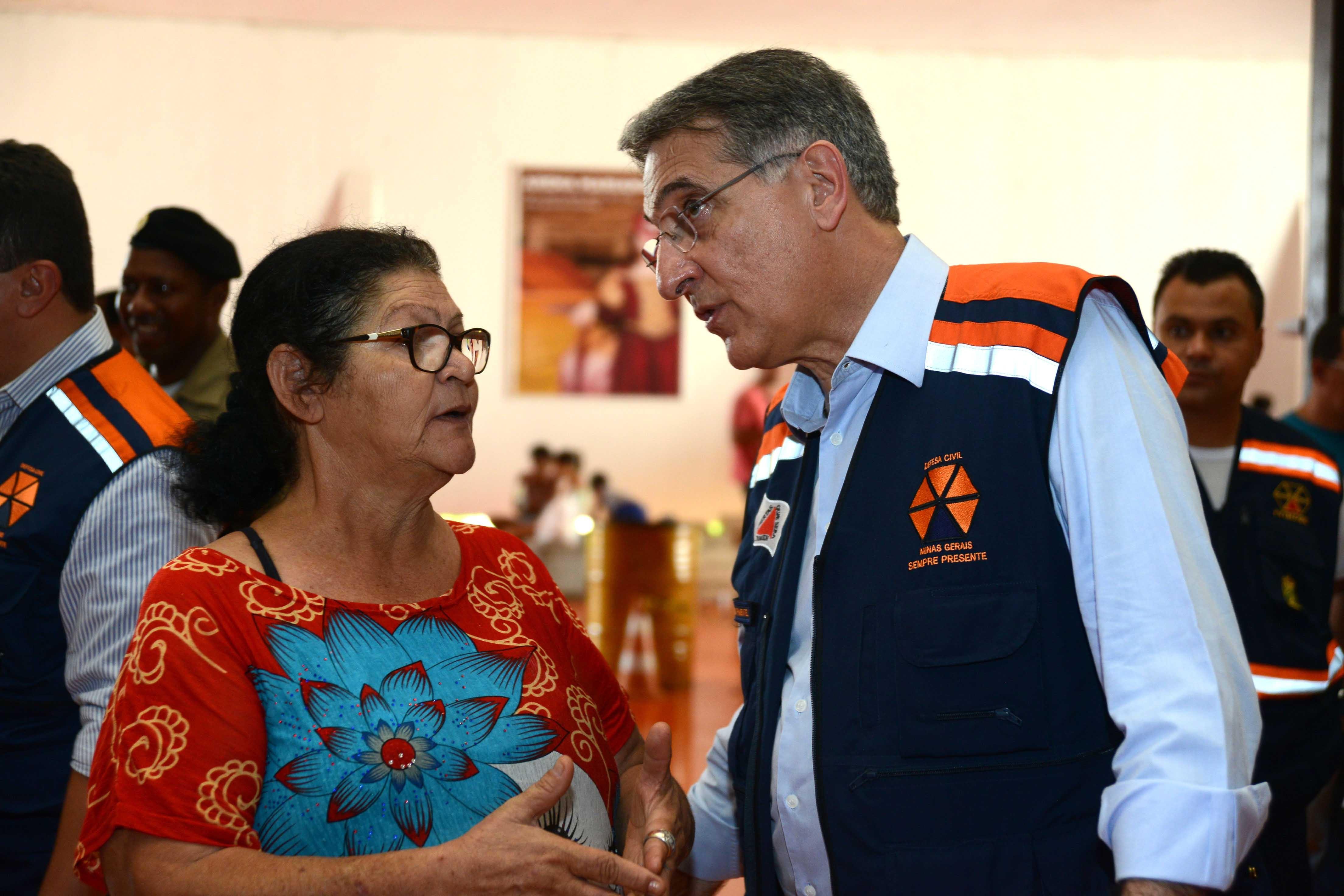 Pimentel conversa com vítima da tragédia em Bento Rodrigues