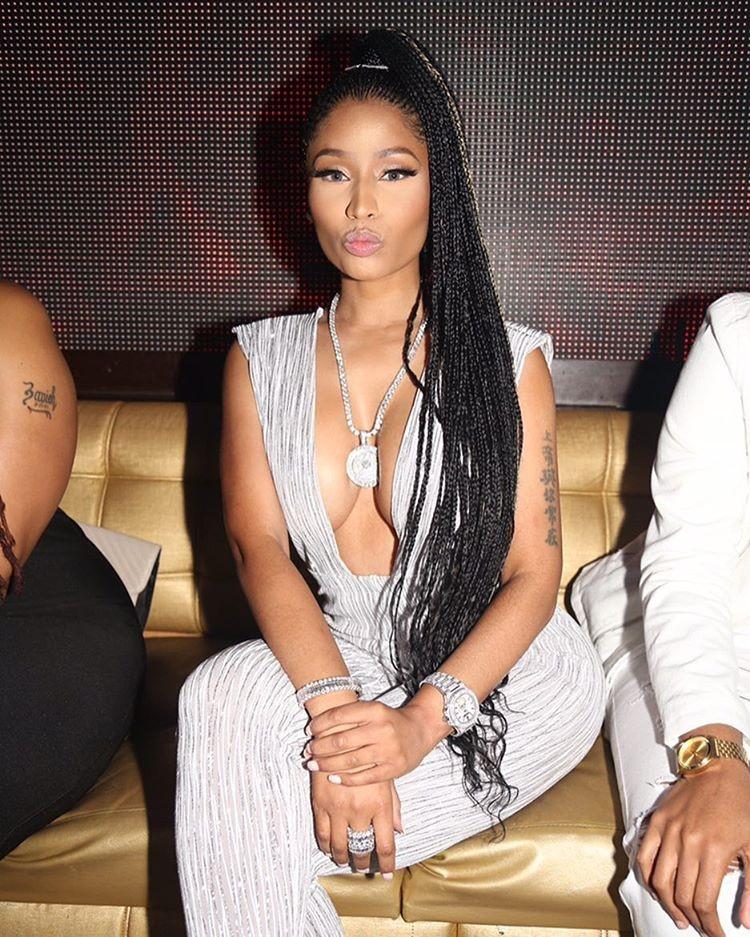 Nicki Minaj abusa do decote em look prateado (Foto: Reprodução/ Instagram/ @nickiminaj)