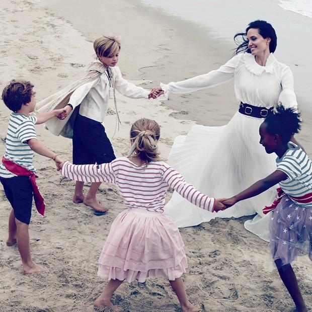 Angelina Jolie e os filhos (Foto: Reprodução)