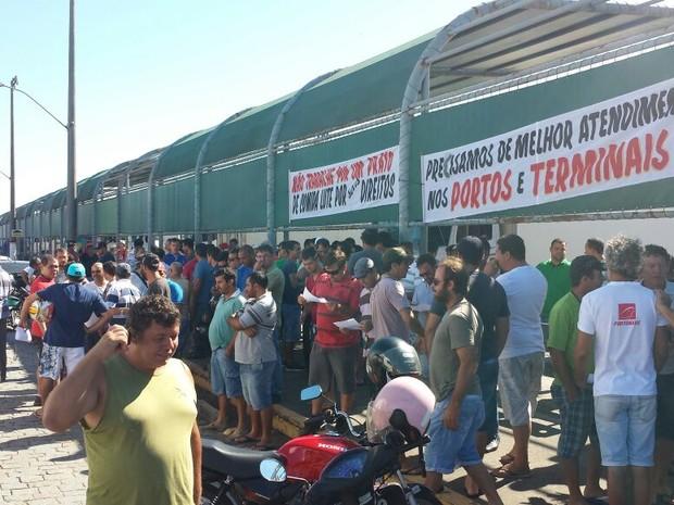 Representantes dos caminhoneiros autônomos se concentraram na sede do sindicato (Foto: Luiz Souza/ RBS TV)
