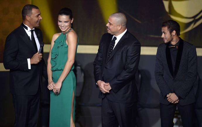 Gullit, Adriana Lima, Ronaldo, Neymar e Fernanda Lima, bola de ouro FiFA (Foto: AFP)