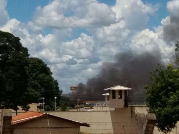 Fumaça era vista em penitenciária após tiroteio em Aparecida de Goiânia, Goiás (Foto: Marcello Dantas/O Popular)
