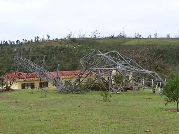 Algumas torres de energia ficaram completamente retorcidas  (Foto: Reprodução/TV TEM)