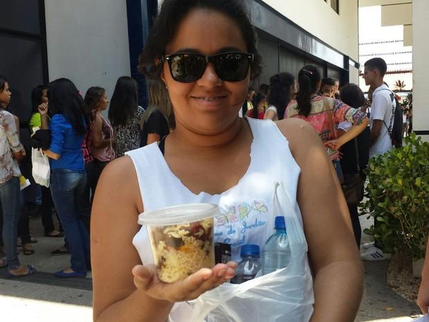 ENEM 2015 - SÁBADO (24) - Teresina (PI) - Katarine Siqueira, 21 anos, leva marmita com arroz para não passar fome na hora da prova (Foto: Josiel Martins/G1)