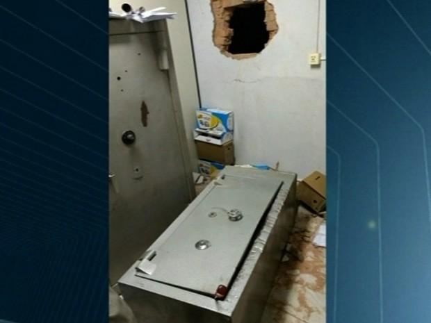 Ladrão invade banco, pula muro ao fugir, mas cai no pátio da PM e é preso em Goiás (Foto: Reprodução/TV Anhanguera)