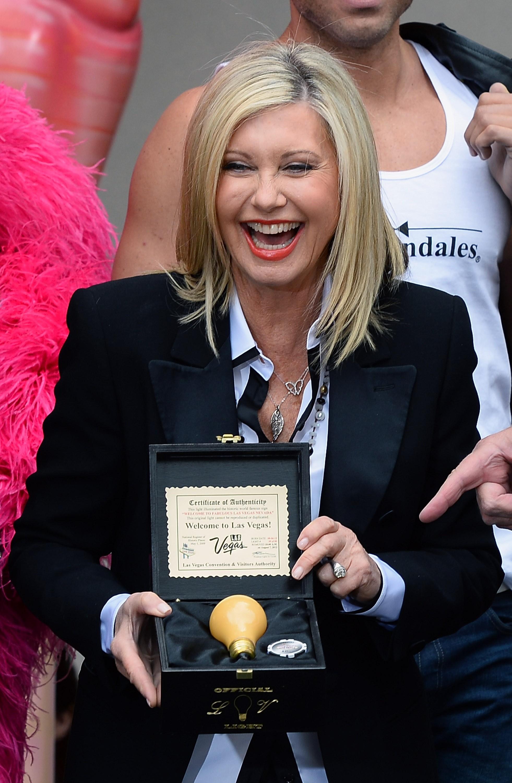 A cantora, lembrada pelo hit 'Physical' na década de 80, foi diagnosticada com um câncer de mama em 1992. Ela se submeteu ao tratamento e hoje é uma das defensoras da pesquisa sobre o câncer. (Foto: Getty Images)