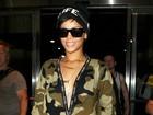 Rihanna usa macacão decotado e exibe tatuagem