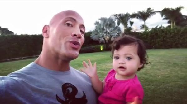 O ator Dwayne The Rock Johnson com a filha de um ano (Foto: Instagram)