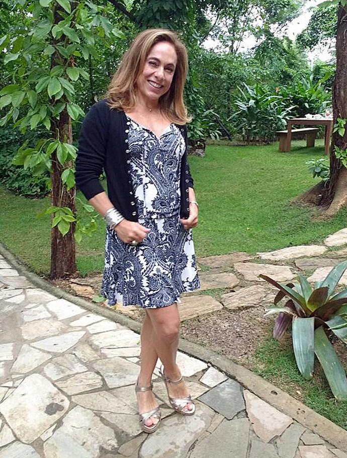 Cissa Guimarães aposta em vestido e cardigan (Foto: Raquel Gonzalez/Gshow)
