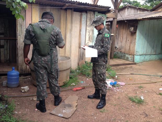 Os militares atuam em duplas visitando as casas à procura de focos do Aedes Aegypti (Foto: Júnior Freitas/G1)