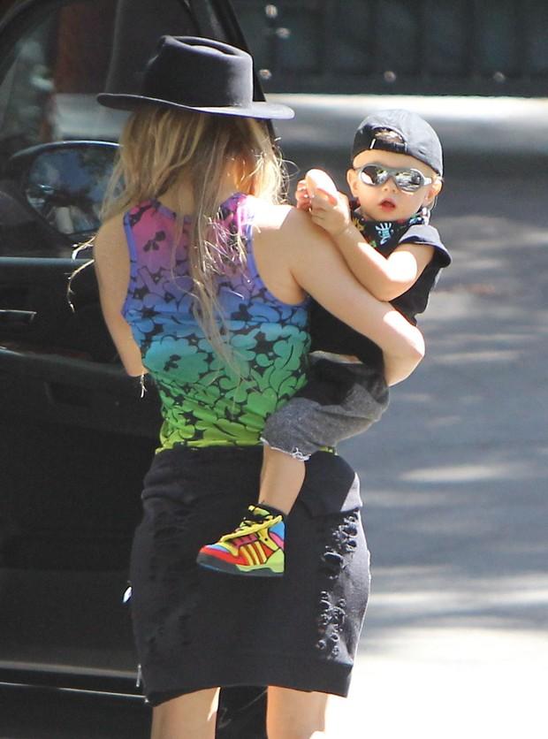 X17 - Fergie com o filho, Axl, em Los Angeles, nos Estados Unidos (Foto: X17online/ Agência)