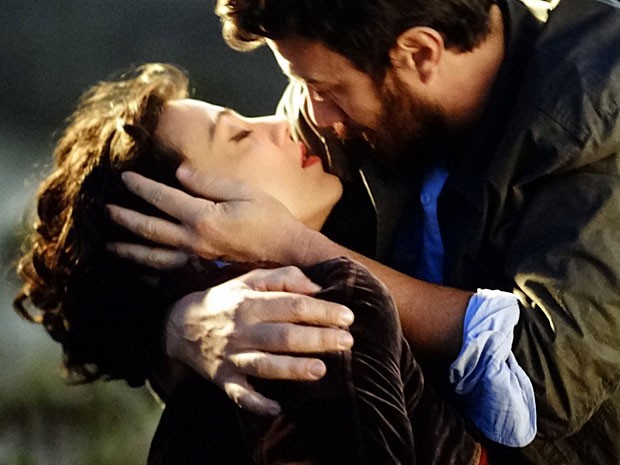 Rodrigo segura Miriam em seus braços (Foto: Amor Eterno Amor/TV Globo)