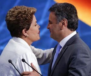 A presidente e candidata à reeleição, Dilma Rousseff, e o candidato Aécio Neves no debate da Band (Foto: Andre Penner/AP)