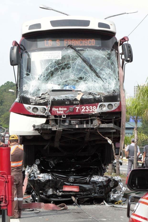 Visão frontal do carro esmagado sob o ônibus, depois que o outro coletivo foi movido do local na Av. Vereador José Diniz (Foto: Luiz Claudio Barbosa/Futura Press/Estadão Conteúdo)