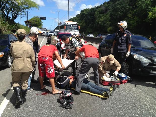 Uma mulher ficou ferida após um acidente envolvendo uma motocicleta e um carro nesta quinta-feira (15) em João Pessoa. Segundo o sargento Lavor, do Corpo de Bombeiros, a mulher conduzia a moto na BR-230, próximo à UFPB, e reduziu a velocidade, quando o carro que vinha atrás bateu na traseira. Ela teve escoriações e machucou a cabeça. Em seguida, foi levada para o Hospital de Trauma de João Pessoa. (Foto: Walter Paparazzo/G1)