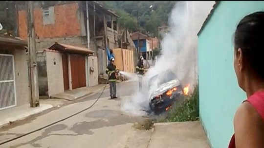 Bombeiros apagam incêndio em veículo no Ipiranguinha em Ubatuba; veja