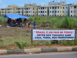 Produtores montaram barraca em um terreno do bairro Aeroporto (Foto: Jackson Félix/G1 RR)