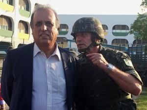 Governador visitou a Maré acompanhado pelo general Fernando Modesto (Foto: Daniel Silveira / G1)