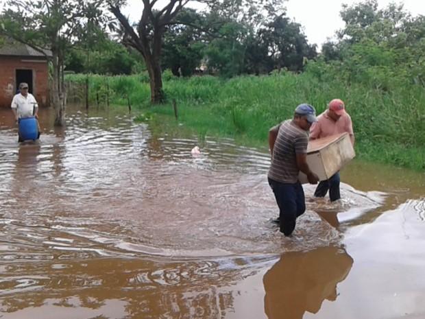 Moradores se viram como podem para salvar os bens em Bela Vista (Foto: Divulgação/ Defesa Civil)