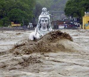 Estátua de divindade hindu fica quase submersa após forte inundação na cidade de  Rishikesh, no norte da Índia (Foto: AP Photo)