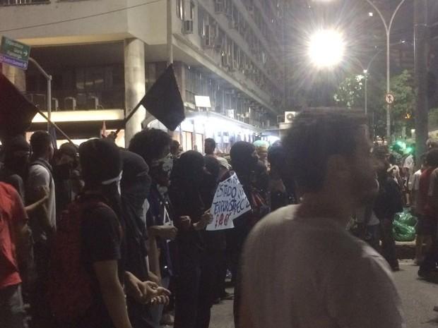 Mascarados acompanham manifestação no Centro do Rio (Foto: G1)