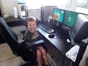 João atendeu a uma ligação simulada na Central de atendimento da PM (Foto: PM/Divulgação)