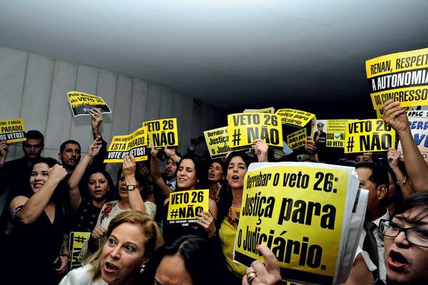 Servidores do Judiciário dentro do congresso durante protesto (Foto: LUIS MACEDO/ABR)
