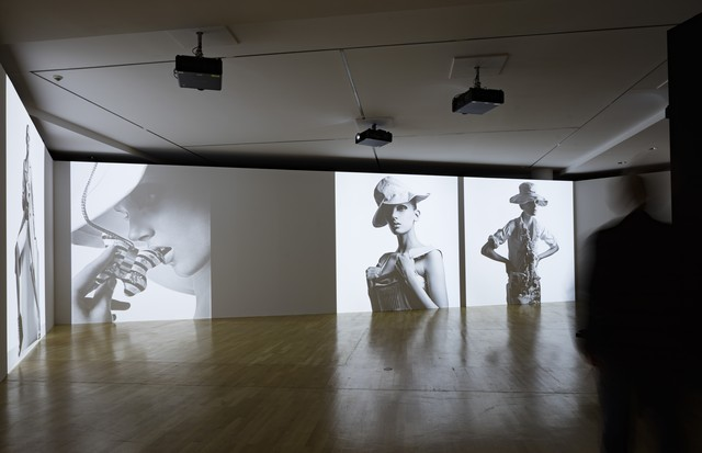 """Vintage Jil Sander looks in one of the many film and photographic installations at the exhibition, """"Jil Sander. Present Tense"""", in Frankfurt (Foto: MUSEUM ANGEWANDTE KUNST)"""