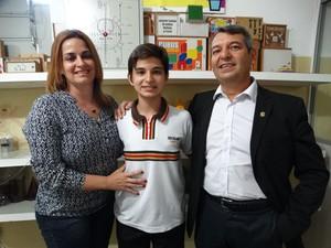O estudante Renato Sette ao lado dos pais (Foto: Joalline Nascimento/ G1)