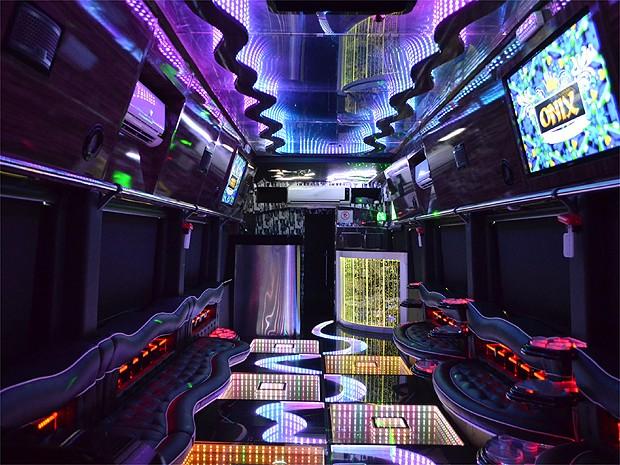 Party bus tem projeto de som de empresa que produz o trio elétrico de Ivete Sangalo (Foto: Amanda Pioli/G1)