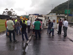 Carreta tombou por volta das 7h50 desta quarta (20) (Foto: Luiz Carlos de Souza/RBS TV)