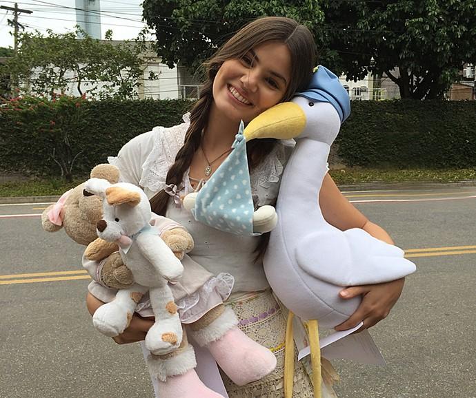 Camila Queiroz posou com os presentes que ganhou do Vídeo Show (Foto: Vídeo Show / Gshow)