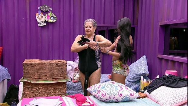 Dona Geralda de maiô na casa do Big Brother Brasil 16 (Foto: Reprodução/Globo)