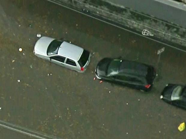Na Zona Sul de São Paulo, carros ficaram embaixo d'água. (Foto: Reprodução/TV Globo)