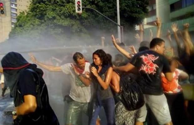 Manifestantes relataram terem sido atingidos por água de esgoto Goiás, Goiânia (Foto: Reprodução/Arquivo Pessoal)