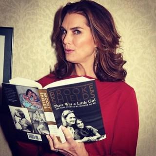 """Brooke Shields contou detalhes da sua vida pessoal no livro """"There Was a Little Girl"""" (Havia uma menina). (Foto: Reprodução do Instagram)"""