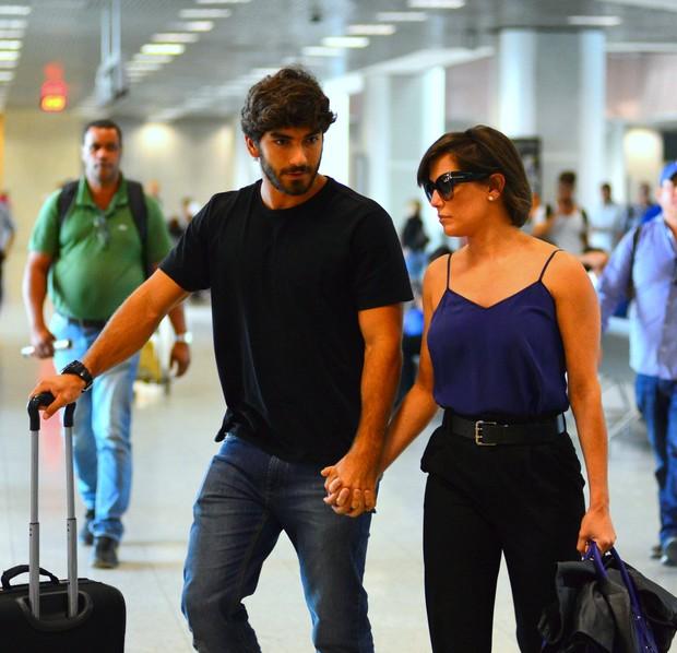 Deborah Secco e o namorado (Foto: William Oda / AgNews)