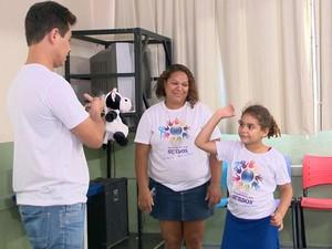 Família também vai aos sábados à escola para participar das aulas (Foto: Reprodução/ TV Gazeta)