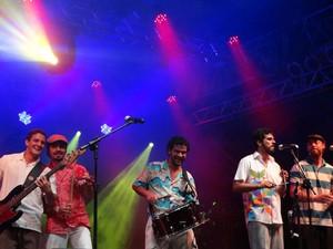 Quarteto Olinda leva o forró rabecado com Cláudio da Rabeca ao polo junino da Praça do Arsenal, no Bairro do Recife, na noite desta sexta-feira (22). O grupo olindense se prepara para, em julho, mostrar seu trabalho autoral em turnê pelos Estados Unidos.  (Foto: Luna Markman/G1)