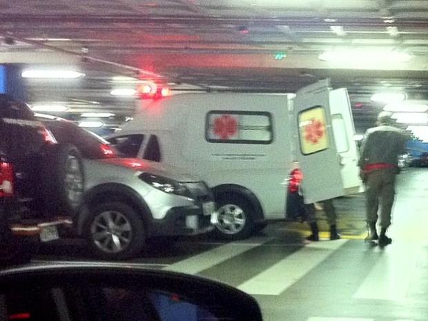 Uma pessoa ficou ferida e foi atendida em ambulância (Foto: G1)