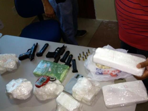 Drogas e armas foram apreendidas na casa de uma mulher em Cajazeiras (Foto: Divulgação/Secom-PB)